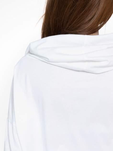 Biała bluzka dresowa z kołnierzokapturem i ściągaczem na dole                                  zdj.                                  11