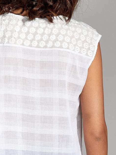 Biała bluzka koszulowa w kratę z guziczkami                                  zdj.                                  6