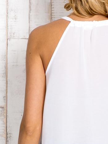Biała bluzka koszulowa z aplikacją przy dekolcie                                  zdj.                                  4