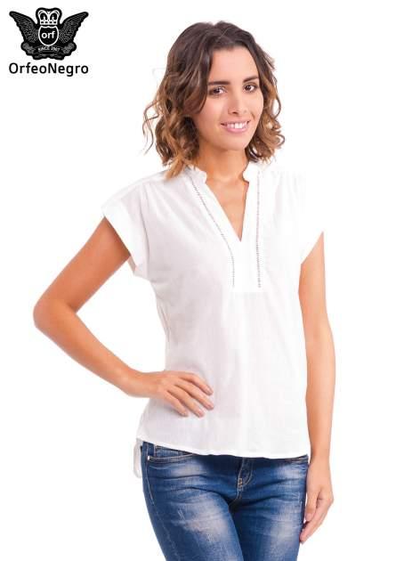 Biała bluzka koszulowa z ażurowaniem wzdłuż dekoltu