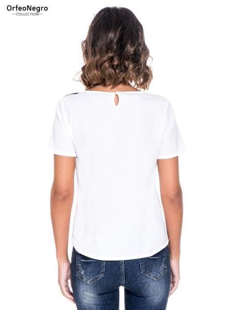 Biała bluzka koszulowa z geometrycznym wzorem                                  zdj.                                  4