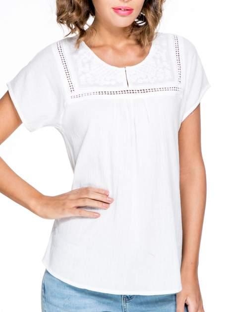Biała bluzka koszulowa z haftem i ażurowaniem przy dekolcie                                  zdj.                                  5
