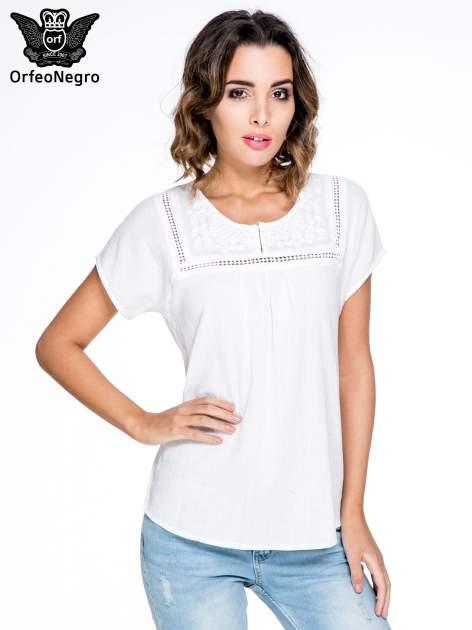 Biała bluzka koszulowa z haftem i ażurowaniem przy dekolcie