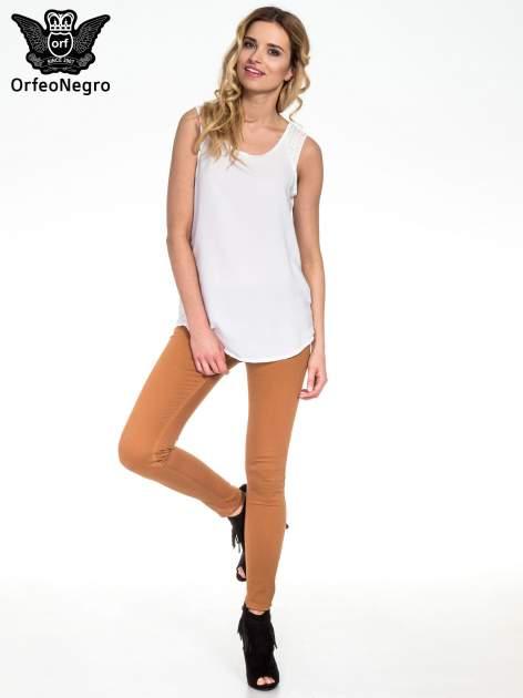 Biała bluzka koszulowa z koralikami przy ramionach                                  zdj.                                  5