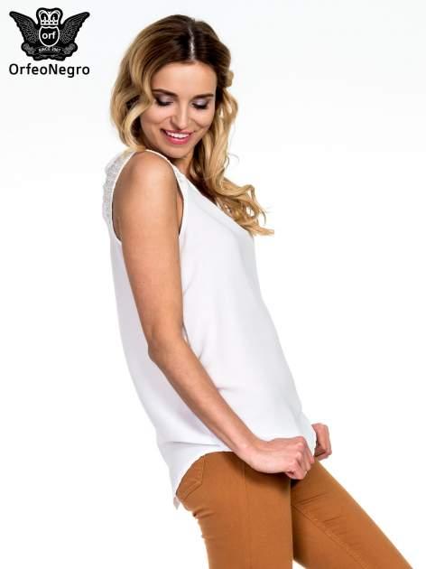 Biała bluzka koszulowa z koralikami przy ramionach                                  zdj.                                  3