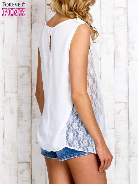 Biała bluzka koszulowa z koronkowymi wstawkami na bokach                                  zdj.                                  4
