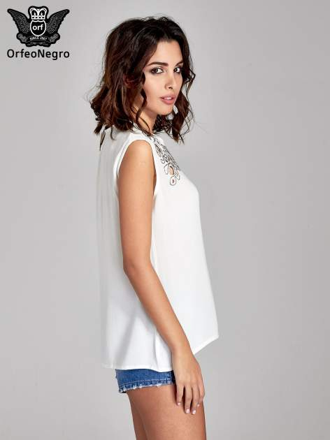 Biała bluzka koszulowa z ozdobnym dekoltem z wycięciami                                  zdj.                                  3
