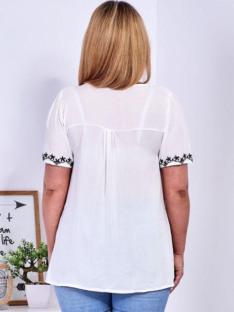 Biała bluzka z haftowanym wykończeniem PLUS SIZE                              zdj.                              3