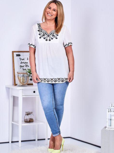 Biała bluzka z haftowanym wykończeniem PLUS SIZE                              zdj.                              5