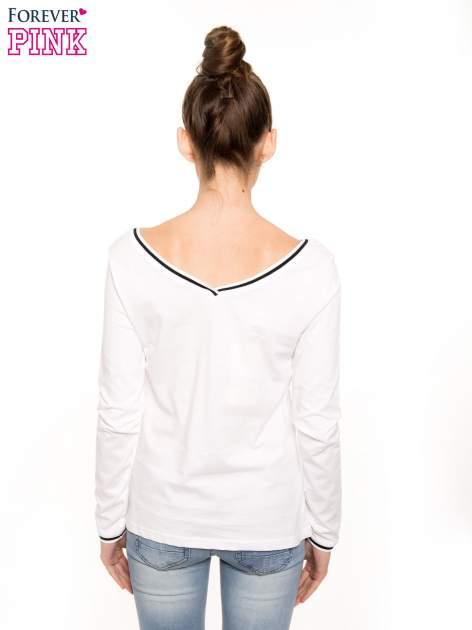 Biała bluzka z kontrastową lamówką                                  zdj.                                  2