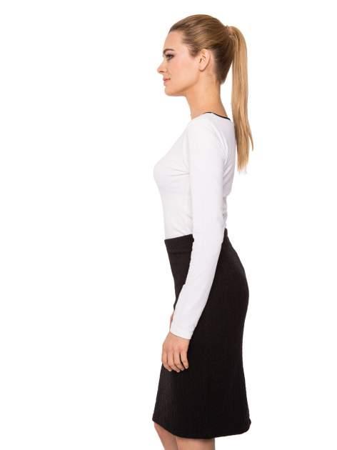 Biała bluzka z kontrastową lamówką z dekoltem w łezkę                                  zdj.                                  4
