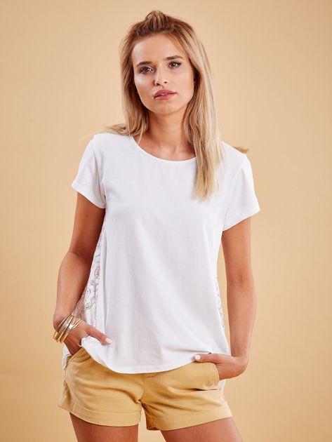 Biała bluzka z koronkową wstawką na plecach                              zdj.                              1