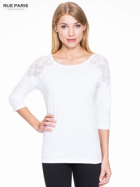 Biała bluzka z koronkową wstawką na ramionach                                  zdj.                                  1