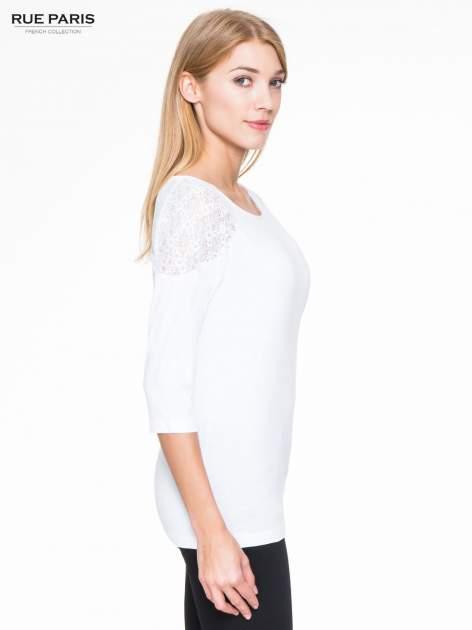 Biała bluzka z koronkową wstawką na ramionach                                  zdj.                                  3