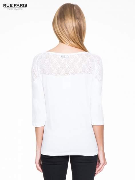 Biała bluzka z koronkową wstawką na ramionach                                  zdj.                                  4