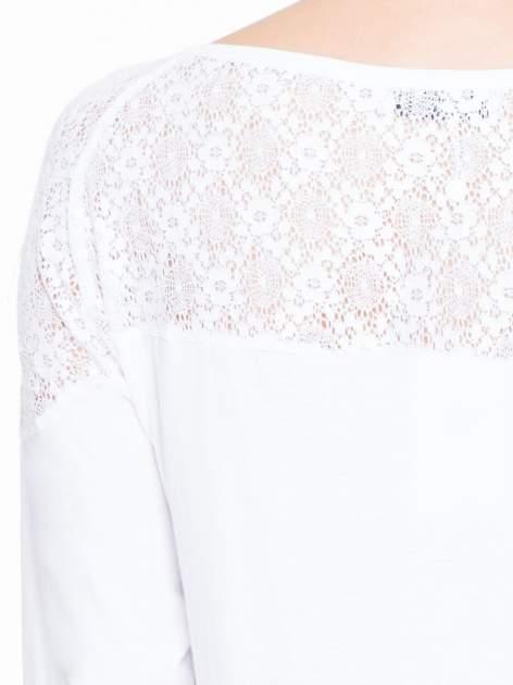 Biała bluzka z koronkową wstawką na ramionach                                  zdj.                                  7