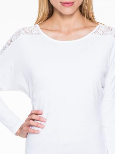 Biała bluzka z koronkową wstawką na rękawach i z tyłu                                  zdj.                                  5
