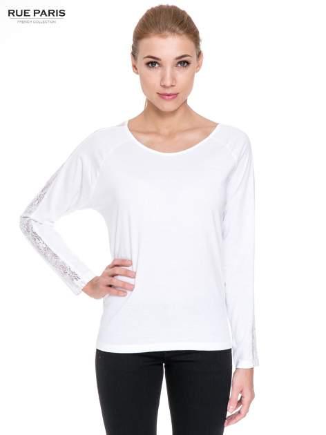 Biała bluzka z koronkową wstawką wzdłuż rękawów