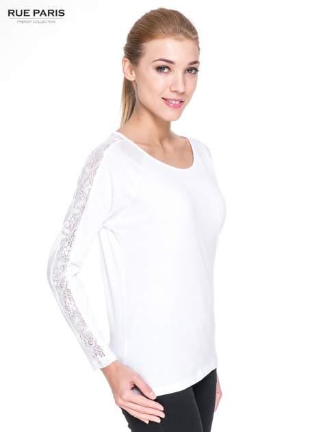 Biała bluzka z koronkową wstawką wzdłuż rękawów                                  zdj.                                  3