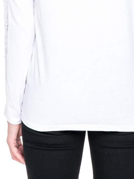 Biała bluzka z koronkową wstawką wzdłuż rękawów                                  zdj.                                  7