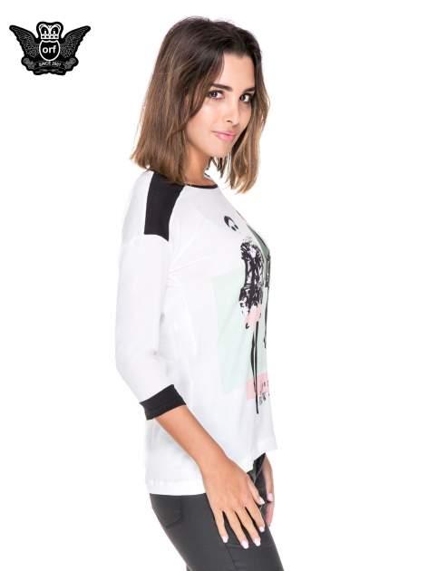 Biała bluzka z nadrukiem fashion i kontrastowymi wstawkami                                  zdj.                                  3