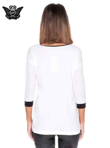 Biała bluzka z nadrukiem fashion i kontrastowymi wstawkami                                  zdj.                                  4