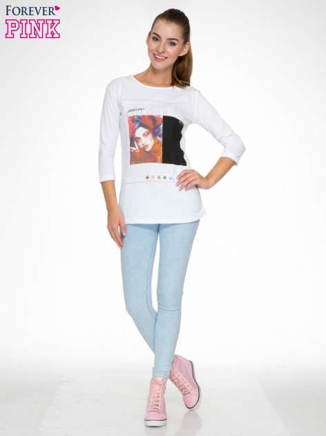 Biała bluzka z nadrukiem fashion i napisem MORE COLOUR                                  zdj.                                  2