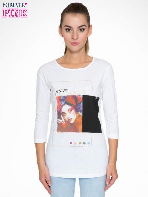 Biała bluzka z nadrukiem fashion i napisem MORE COLOUR