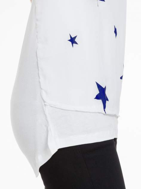 Biała bluzka z nadrukiem granatowych gwiazdek                                  zdj.                                  7