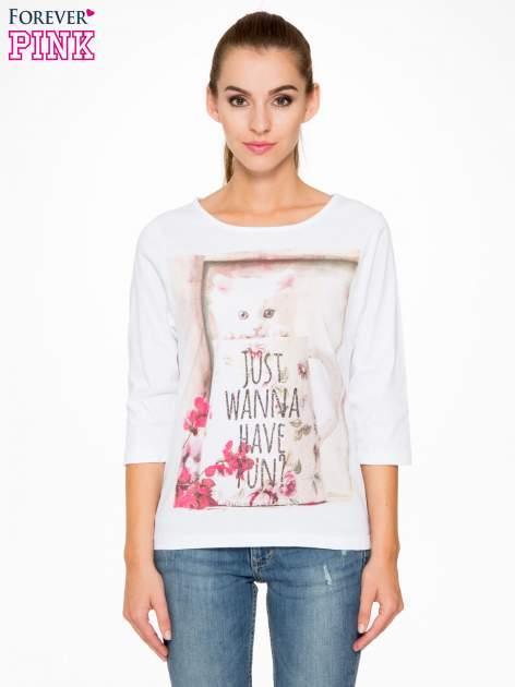 Biała bluzka z nadrukiem kotka i napisem JUST WANNA HAVE FUN?