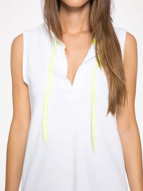 Biała bluzosukienka z kapturem i wycięciem na plecach                                  zdj.                                  9