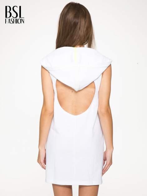 Biała bluzosukienka z kapturem i wycięciem na plecach                                  zdj.                                  5