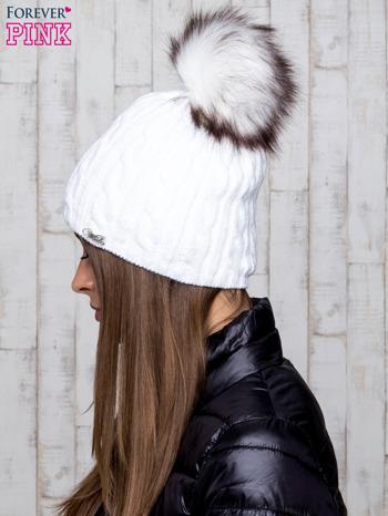 Biała czapka z warkoczowym splotem i futrzanym pomponem                                  zdj.                                  2