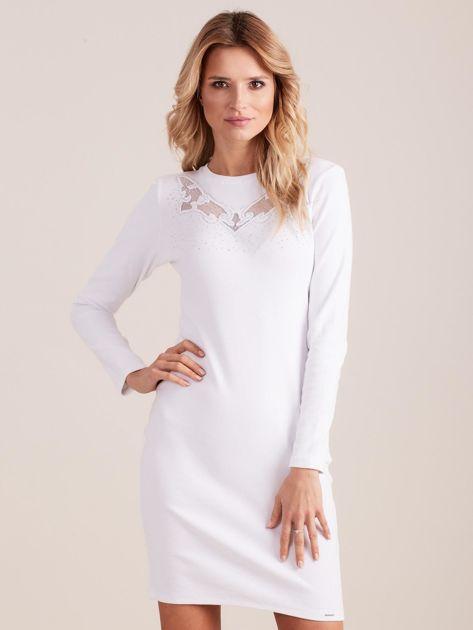Biała dopasowana sukienka w prążek z dżetami                              zdj.                              1