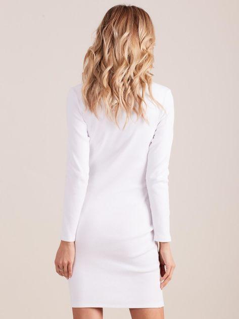 Biała dopasowana sukienka w prążek z dżetami                              zdj.                              3