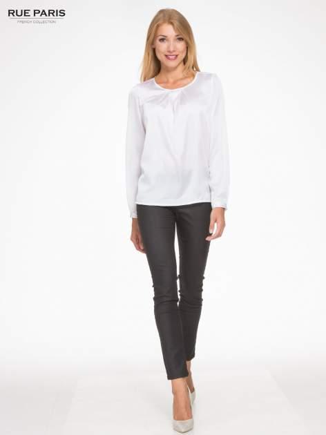 Biała elegancka atłasowa koszula z zakładkami przy dekolcie                                  zdj.                                  2
