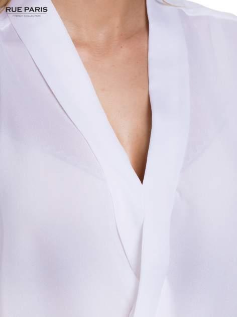 Biała elegancka koszula z kopertowym dekoltem                                  zdj.                                  4