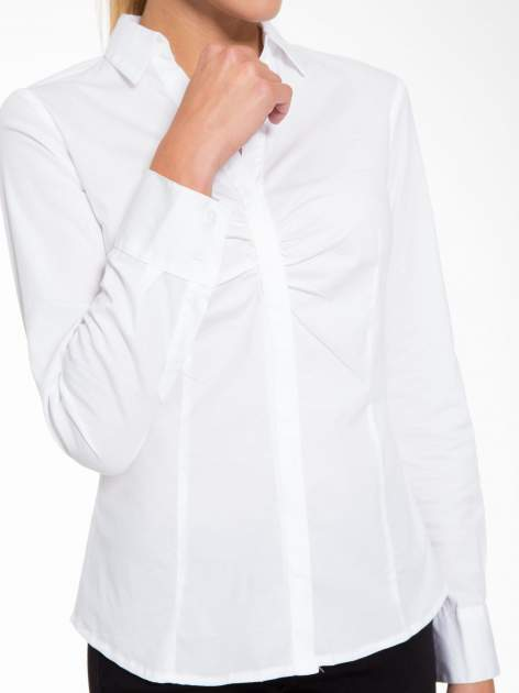 Biała elegancka koszula z marszczeniem przy dekolcie                                  zdj.                                  7
