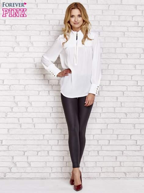 Biała elegancka koszula z pikowanymi wstawkami i suwakiem                                  zdj.                                  4
