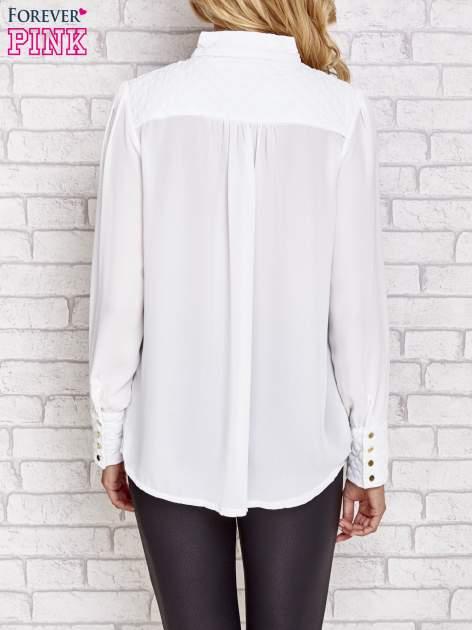 Biała elegancka koszula z pikowanymi wstawkami i suwakiem                                  zdj.                                  2