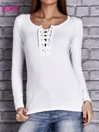 Biała gładka bluzka ze sznurowanym dekoltem i troczkami                               zdj.                              1