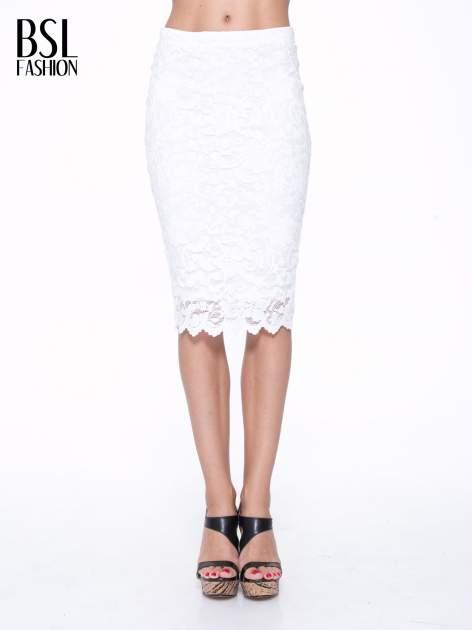 Biała koronkowa spódnica typu tuba za kolano