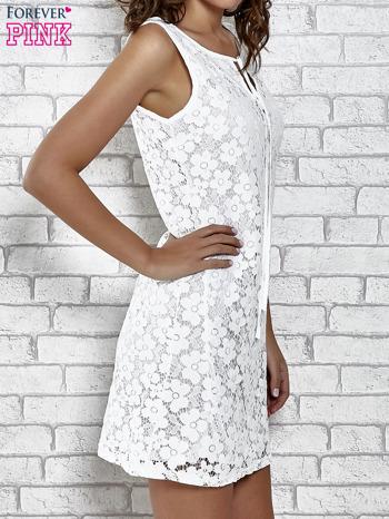 Biała koronkowa sukienka z wiązaniem przy dekolcie                                  zdj.                                  3