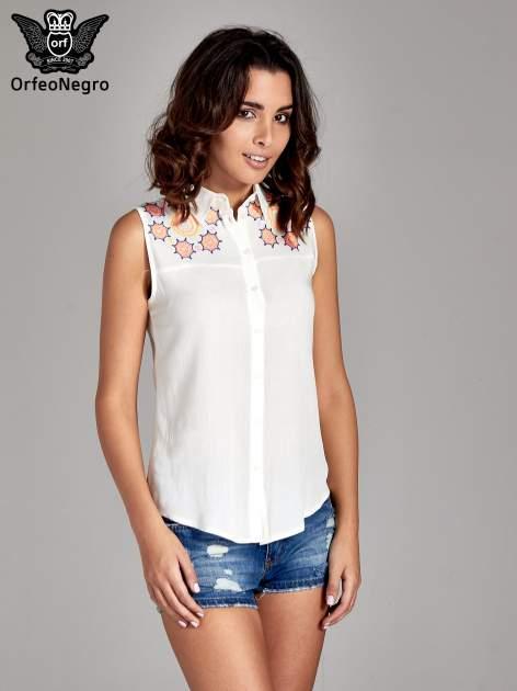 Biała koszula bez rękawów z kolorowym haftem na górze