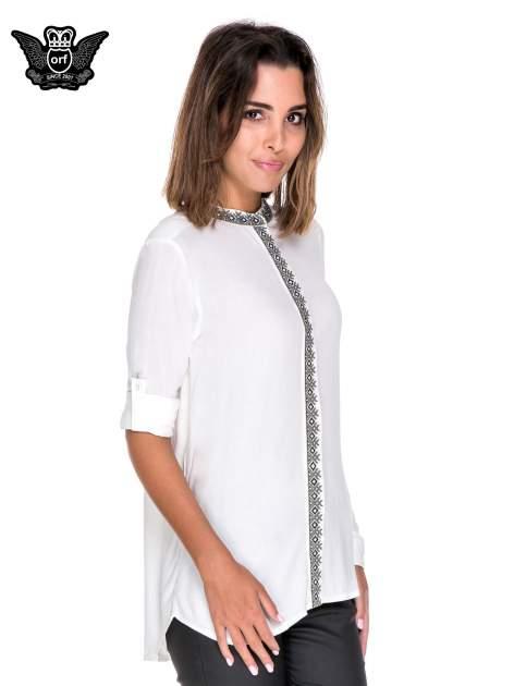 Biała koszula w stylu boho ze wzorzystą listwą i kołnierzykiem                                  zdj.                                  5