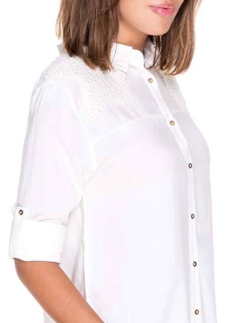 Biała koszula z aplikacją gwiazd na ramionach                                  zdj.                                  6