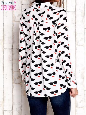 Biała koszula z kobiecym nadrukiem                              zdj.                              4