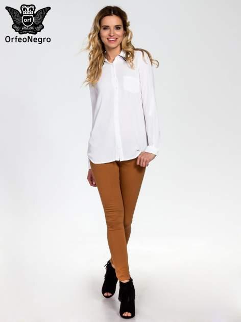 Biała koszula z kołnierzykiem zdobionym cekinami i kieszonką                                  zdj.                                  2