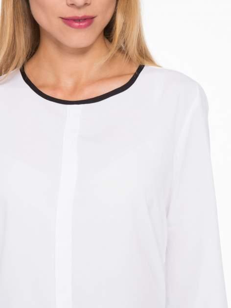 Biała koszula z kontrastową lamówką przy dekolcie i mankietami                                  zdj.                                  6