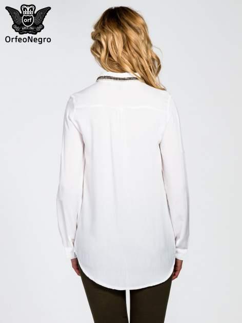 Biała koszula z koralikami na kołnierzyku                                  zdj.                                  4